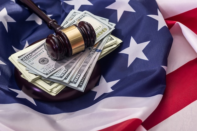 Dólares com martelo do juiz na bandeira americana