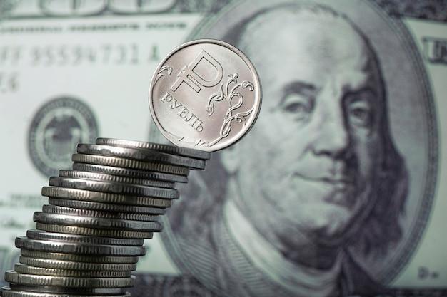 Dólares e rublos. conceito de troca de moeda. crise econômica, declínio da economia mundial. desvalorização do rublo. a queda da moeda russa. câmbio no banco. queda acentuada do rublo