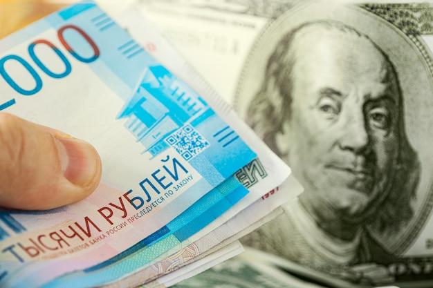 Dólares e rublos. o conceito de troca de moeda. crise econômica, declínio da economia mundial. desvalorização do rublo. a queda da moeda russa. câmbio no banco.
