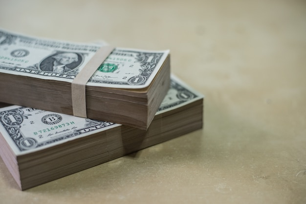 Dólares em dinheiro na textura de madeira
