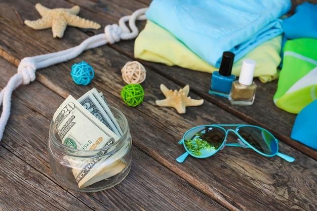 Dólares em frasco de vidro. conceito de coleta de dinheiro para a viagem.