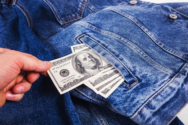 Dólares no bolso da calça jeans