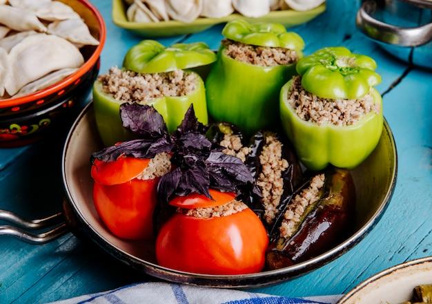 Dolma azerbaijano feito com tomate, pimentão verde e berinjela com recheios de carne.