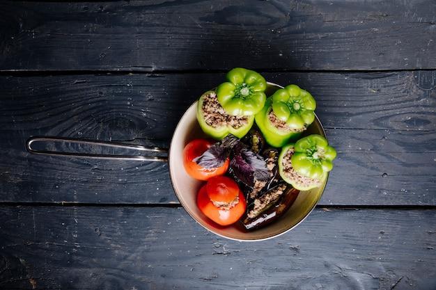 Dolma de legumes com recheios de carne em uma panela.
