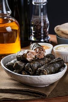 Dolma, sarma ou dolmades turcos. prato tradicional do mediterrâneo dolmadakia ou tolma. folhas de uva recheadas.