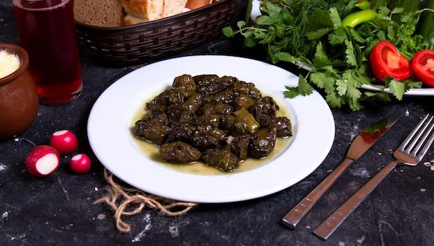 Dolma verde do azerbaijão com ervas e legumes