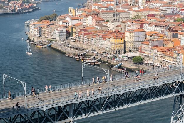 Dom luis i ponte vista com trilhos de trem do metrô e turistas