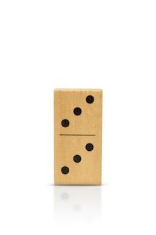 Dominó de madeira isolado em um fundo branco