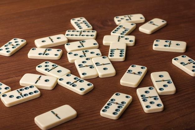 Dominó em uma mesa de madeira. o jogo é de mesa