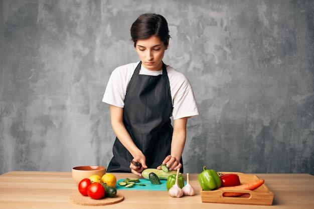 Dona de casa almoça em casa tábua de comida vegetariana
