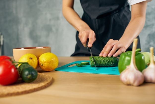 Dona de casa almoço em casa comida vegetariana isolada fundo