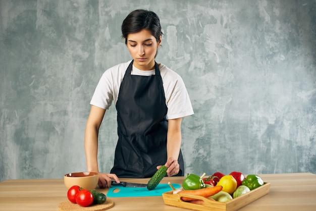 Dona de casa almoço na tábua de comida vegetariana em casa. foto de alta qualidade