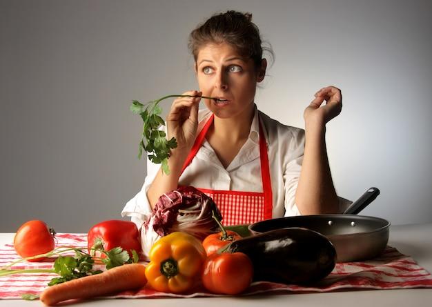 Dona de casa, amostragem de legumes frescos