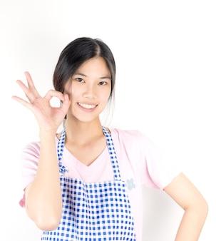 Dona de casa asiática bonito é ok e pronto para o trabalho isoalted em branco