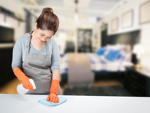Dona de casa asiática varrendo a mesa
