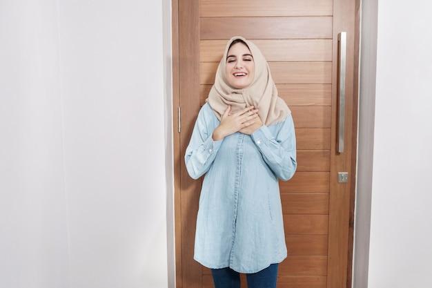 Dona de casa bonita vestindo hijab com expressões de alívio de sensação