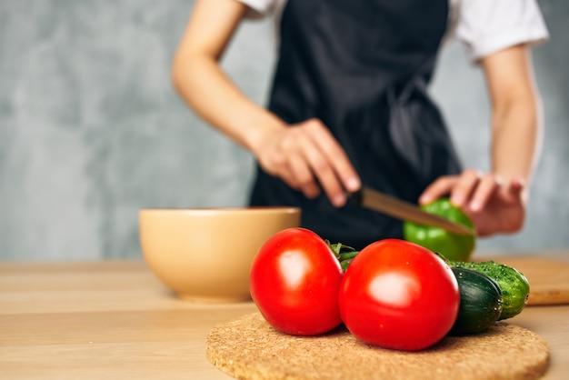 Dona de casa cozinhando comida saudável tábua de cortar