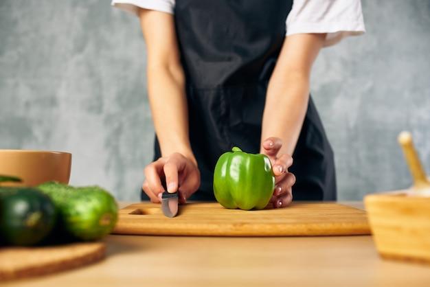 Dona de casa cozinhando uma tábua de comer saudável. foto de alta qualidade