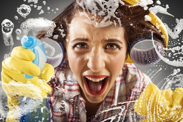 Dona de casa desesperada grita enquanto limpa o vidro