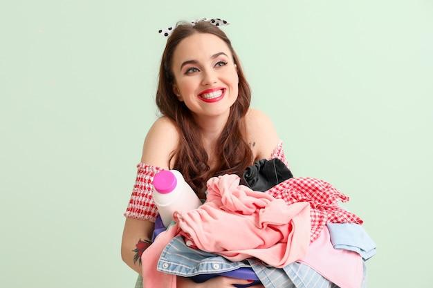 Dona de casa engraçada com lavanderia