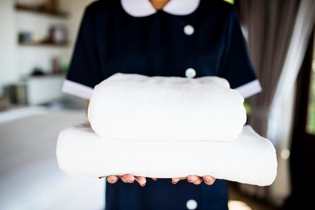 Dona de casa entregando um novo conjunto de toalhas