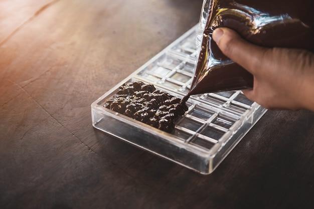 Dona de casa fazendo chocolates artesanais em casa