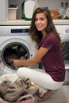 Dona de casa fazendo tarefas domésticas todas as semanas