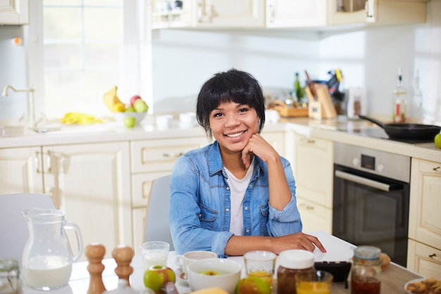Dona de casa feliz na cozinha