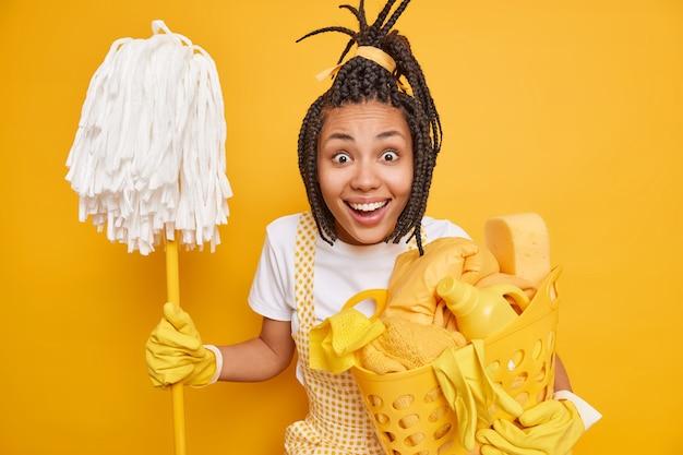 Dona de casa feliz olhando com alegria