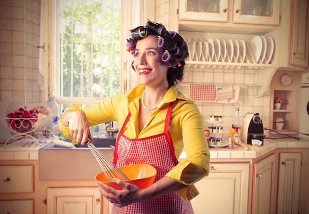Dona de casa feliz trabalhando em casa