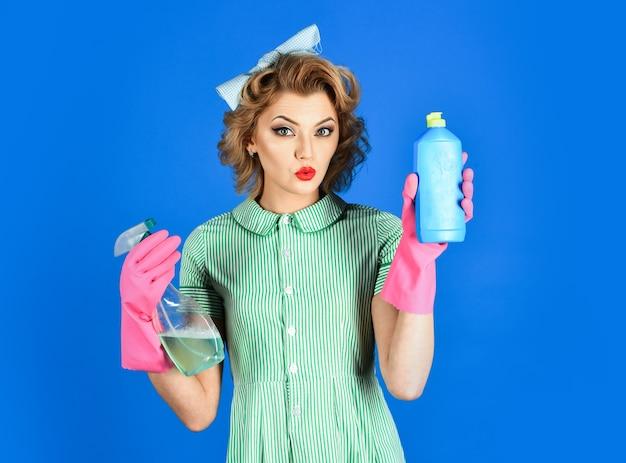 Dona de casa isolada mulher dona de casa de uniforme com esponja de spray limpo limpeza serviços de limpeza esposa gênero limpeza estilo retro pureza dona de casa segurar esponja de garrafa de sopa