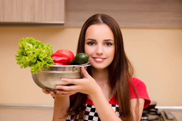 Dona de casa jovem trabalhando na cozinha
