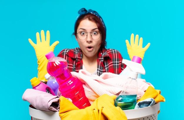 Dona de casa lavando roupas