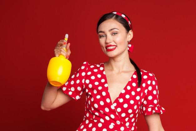 Dona de casa limpeza com spray