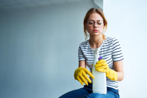 Dona de casa limpeza do apartamento prestação de serviços