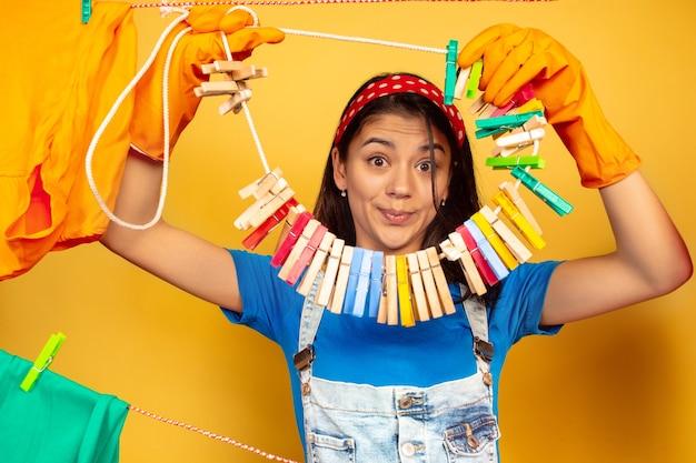 Dona de casa linda e divertida fazendo trabalhos domésticos