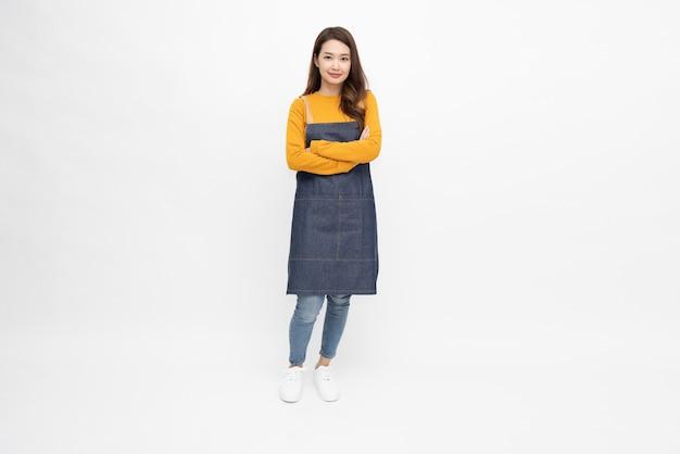 Dona de casa mulher asiática usando avental de cozinha e isolada no fundo branco