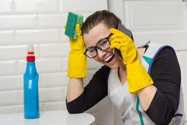 Dona de casa mulher está limpando no banheiro