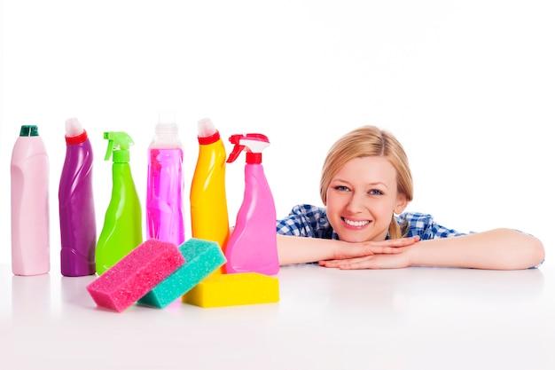 Dona de casa perfeita com o equipamento de limpeza