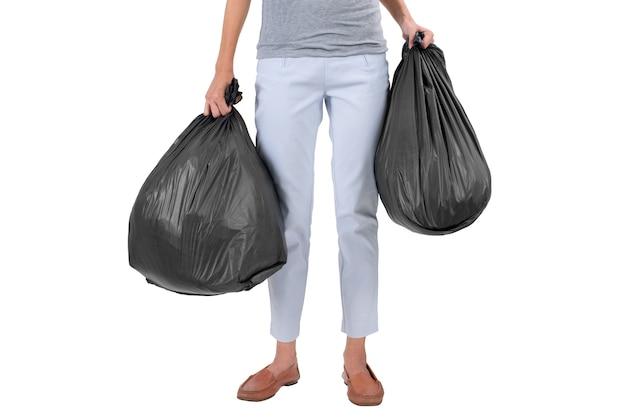 Dona de casa segurando sacos de lixo isolados no branco