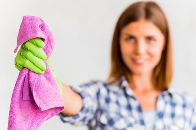Dona de casa segurando um pano