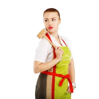 Dona de casa zangada com um martelo de carne nas mãos