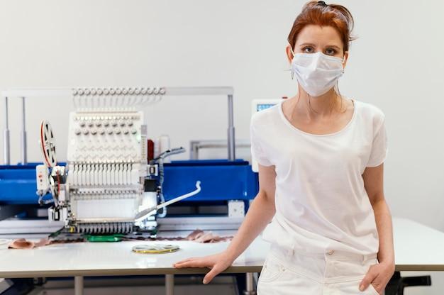 Dona de uma empresa trabalhando