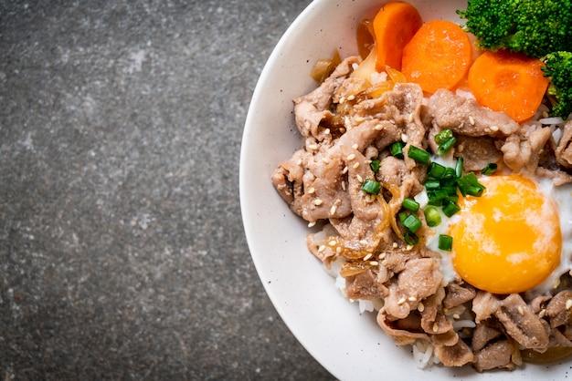 Donburi, tigela de arroz de porco com onsen ovo e vegetal