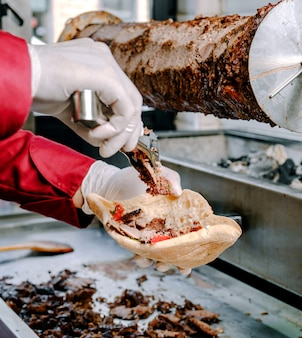 Doner de carne com pão na mesa
