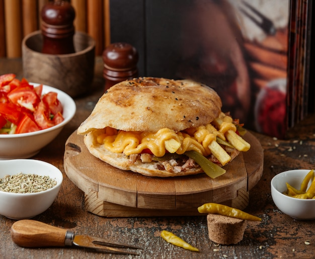 Doner de carne com queijo no pão pita