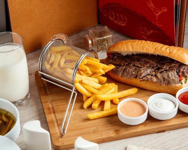 Doner de carne com vista lateral para batatas fritas