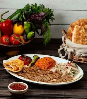 Doner de carne frita em cima da mesa
