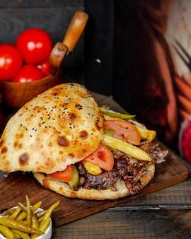 Doner de carne pão árabe na placa de madeira