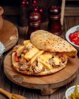 Doner de frango com batatas fritas e legumes dentro